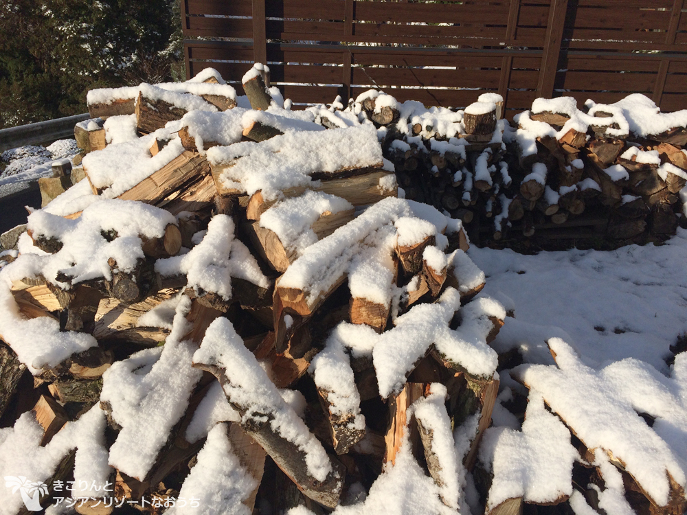 薪にも雪が〜byきこりんとアジアンリゾートなおうちで田舎暮らし&薪ストーブ〜