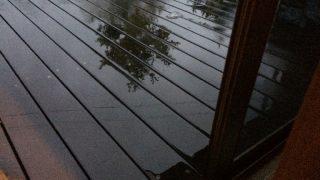 超大型台風の雨と、長い軒とウッドデッキ