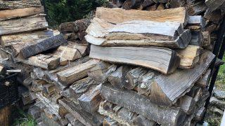 薪の整理と積み替え中。そして来年用の薪の準備完了♪