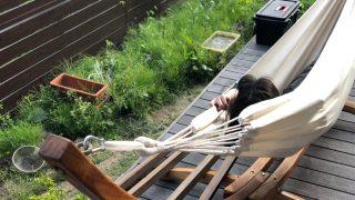 木製ハンモックスタンドをウッドデッキに設置しました。